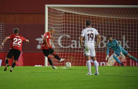 Das wäre das 1:0 für Real Mallorca gewesen. Salva Sevilla tritt für die Inselkicker zum Strafstoß an, doch Albacete-Keeper Tomeu Nadal kann halten.
