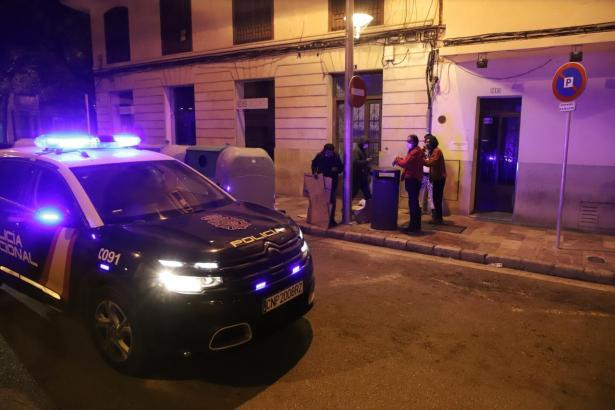 Die Polizei war gleich zu Beginn der nächtlichen Ausgangssperre präsent.