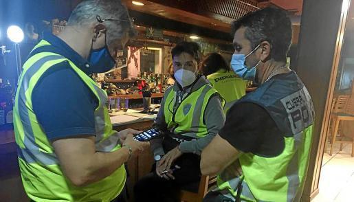 Die Polizei deckte die illegale Party auf engem Raum in einem Industriegebiet in Palma de Valero auf.