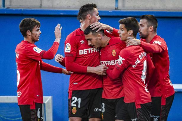 Hier wird Antonio Sánchez (M.) von den Mitspielern für seinen Treffer zum 1:0 beglückwünscht.