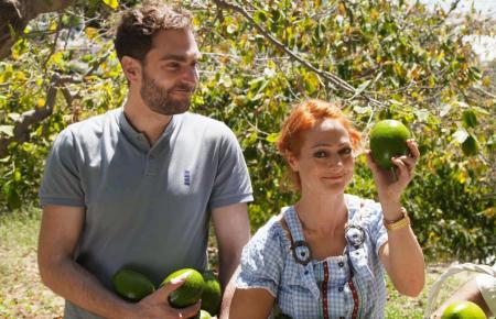 """Avocados sind wahre Superfrüchte für den Menschen. Und für die Natur? Die """"Xenius""""-Moderatoren Dörthe Eickelberg und Pierre Girard entdecken, wie nachhaltiger Avocado-Anbau funktionieren kann."""