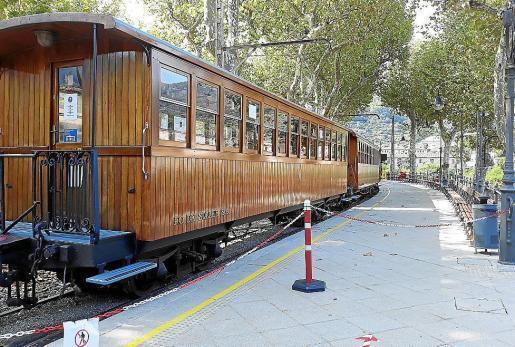 Zugwaggons der historischen Bahn bei der Ankunft am Bahnhof in Sóller.