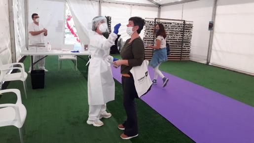 Im Testzelt in Manacor werden seit Samstag PCR-Proben genommen. Francesca Marí