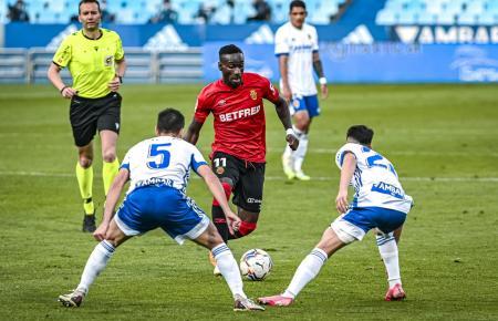 Hier versucht Real Mallorcas Lago Junior, sich gegen zwei Saragossa-Kicker durchzusetzen.