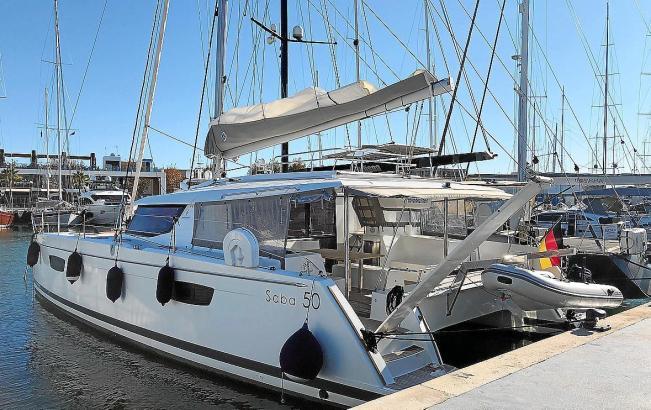 Der Katamaran liegt im Hafen von Palma