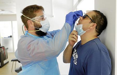 Der Nasenabstrich wird von den meisten als recht unangenehm empfunden.