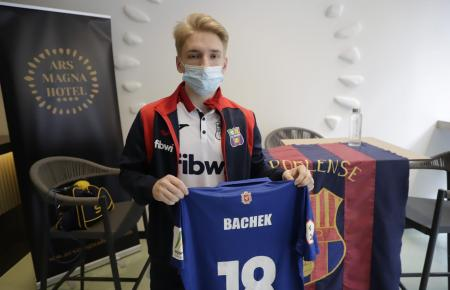 Dmitry Bachek mit seinem neuen Trikot.