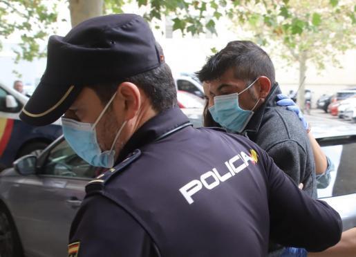 Auf dem Weg ins Gefängnis. Der angeklagte im Mordfall von El Secar de la Real.