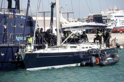 Sie kamen nicht bis ans geplante Ziel. Das Segelschiff mit einer großen Ladung Drogen an Bord wurde auf hoher See in Beschlag genommen.