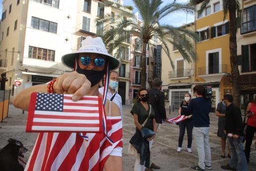 """Sind """"wieder"""" stolz darauf, Amerikaner zu sein. Eine US-Amerikanerin auf Palmas Platz vor der Lonja nach dem Wahlsieg von Joe Biden."""