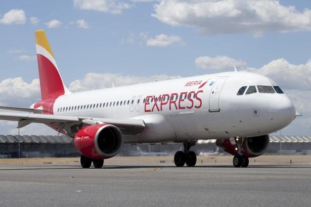 Blick auf ein Flugzeug von Iberia Express.