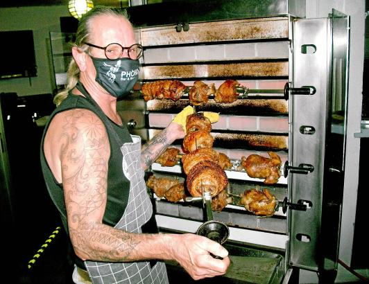Um Gäste anzulocken, lässt sich Thomas Algasinger etwas einfallen. Seine Haxen und Hähnchen kommen nicht nur beim Stammpublikum gut an.