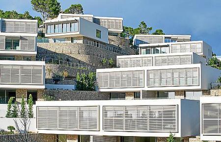 """Für den Gebäudekomplex in Cala Llamp erhielten Ángel Sánchez Cantalejo (M., l.) und Vicente Tomás (M., r.) den """"Architecture Master Prize"""" der Farmani Group."""