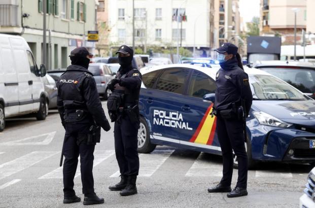 Polizeikontrolle während der Zeit der Ausgangssperre im Frühling.