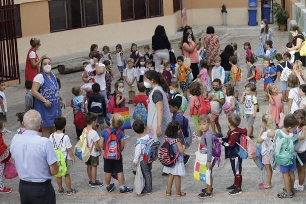 Kinder vor einer Schule auf Mallorca.