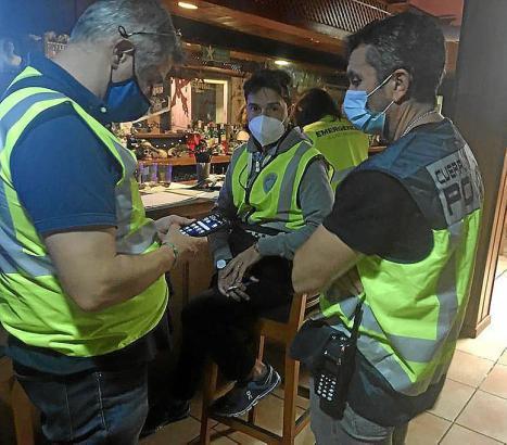 Polizisten im Nachteinsatz am vergangenen Wochenende in Palma.