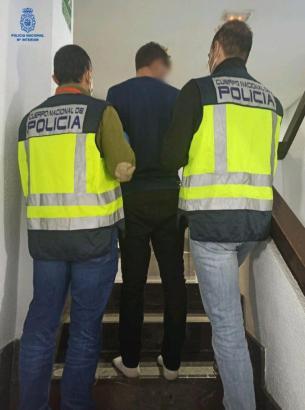 Mitarbeiter der Polizei führen einen der drei Einbrecher ab.
