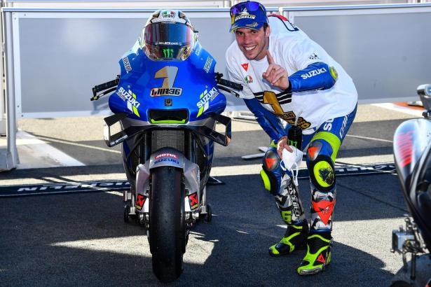 Nach dem Rennen von Valencia posiert Joan Mir mit seiner Suzuki-Maschine, auf der eine 1 prangt. In den Rennen ist der Mallorquiner als Nummer 36 unterwegs.