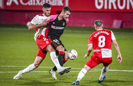 Hier versucht Reals Dani Rodríguez, sich gegen zwei Girona-Kicker durchzusetzen.