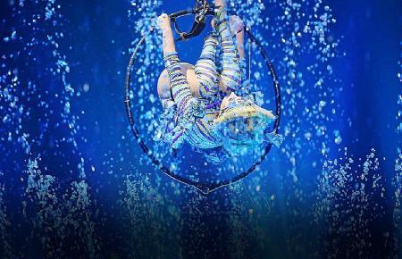 Das Wasser erhöht bei vielen Darbietungen den Schwierigkeitsgrad für die Artisten.