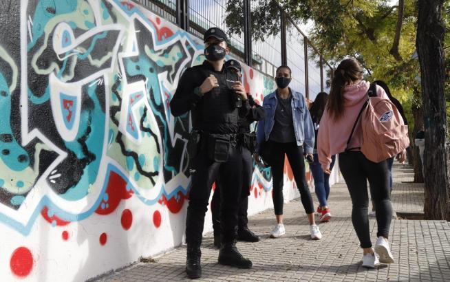 Polizisten patrouillieren jetzt vermehrt vor Schulen.