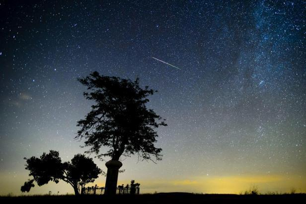 Mitte November kann man mit etwas Glück den Sternschnuppenregen der Leoniden beobachten.