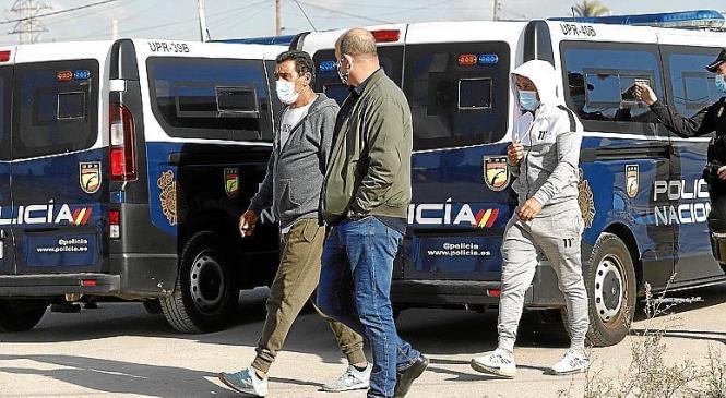 Polizisten und Repräsentanten der Drogensiedlung.