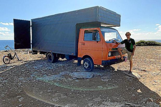 Adrian und der VW LT 40 an einem seiner Lieblingsplätze nahe der Cala Pi.