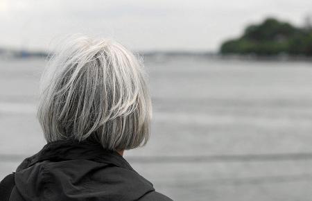 Wenn man in Alter mit einem Mal alleine ist, kann der Alltag selbst am blauen Meer plötzlich ganz grau werden.