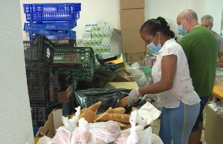 Freiwillige Helfer der Associació Tardor versorgen in Palma inzwischen Tausende mit Lebensmittelspenden.
