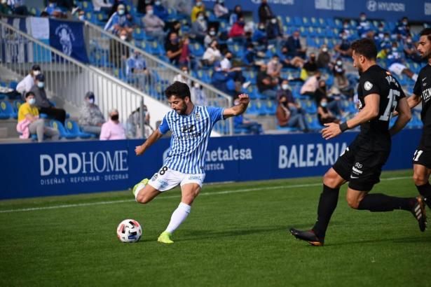 Atlético-Baleares-Kicker Miguel Acosta setzt in der Partie gegen UD Sanse zur Flanke an.