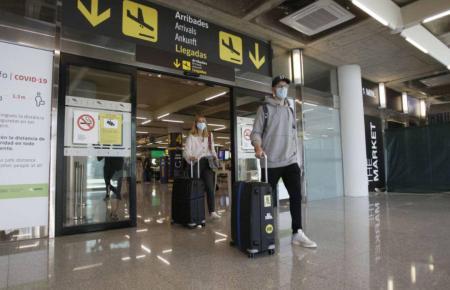 Ankommende Passagiere vor dem Flughafen von Mallorca.
