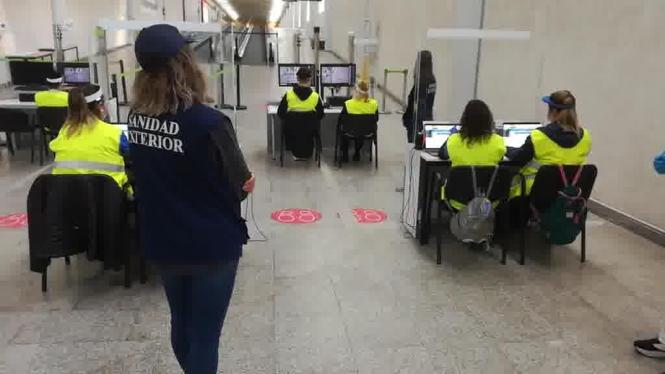 Gesundheitskontrolleure im Ankunfstbereich des Flughafens.