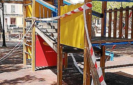 """Die Absperrbänder, die viele Monate Mallorcas Spielplätze """"geziert"""" haben, kommen ab Samstag weg."""
