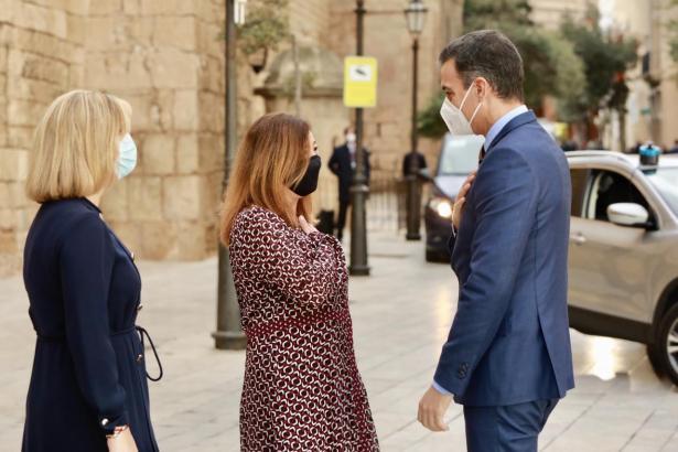 Armengol bei der Begrüßung von Sánchez vor dem Almudaina-Palast.