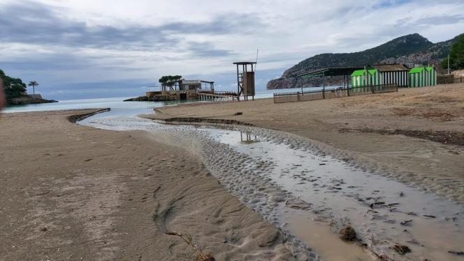 Der Strand von Camp de Mar nach dem Unwetter.