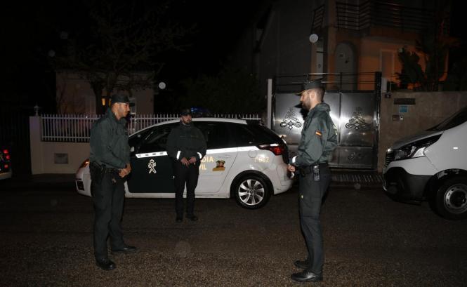 Beamte der Guardia Civil im Nacht-Einsatz.