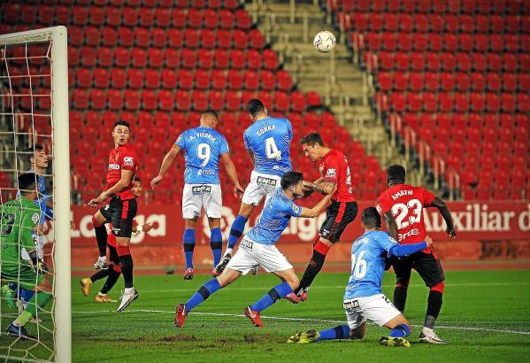 """Die """"Roten"""" von Real Mallorca im Strafraum von Logroñés – Valjent, Raíllo und Amath (v.l.) versuchen ihr Glück."""