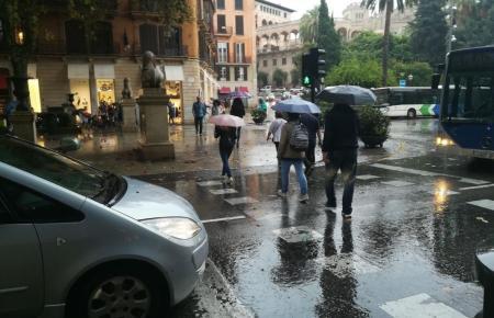 Die Regenschirme werden oft zum Einsatz kommen.