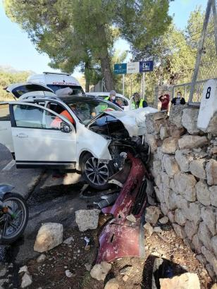 Blick auf eines der Unfallfahrzeuge
