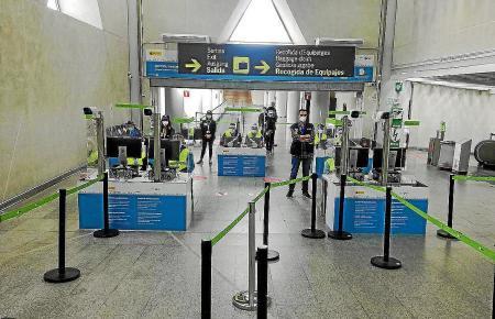 Gesundheitskontrolleure auf dem Flughafen von Palma de Mallorca.