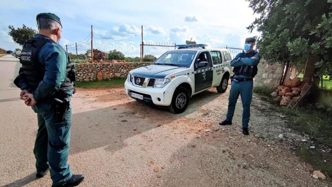 Beamte der Guardia Civil auf dem Gelände der Finca.