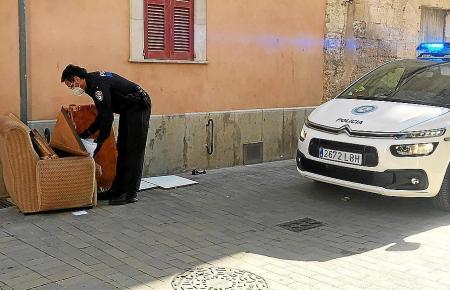 Ein Polizist und der Sessel.