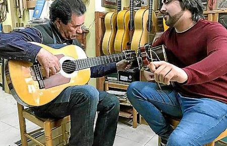 Francisco Manuel Díaz (l.) und Alvaro Pérez testen in der Werkstatt, wie die Gitarre beim Flamenco-Spiel klingt.