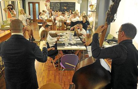Musikberieselung in Restaurants erhöht das Ansteckungsrisiko