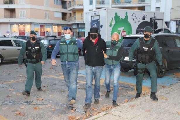 Der Verdächtige wird von Beamten der Guardia Civil begleitet.