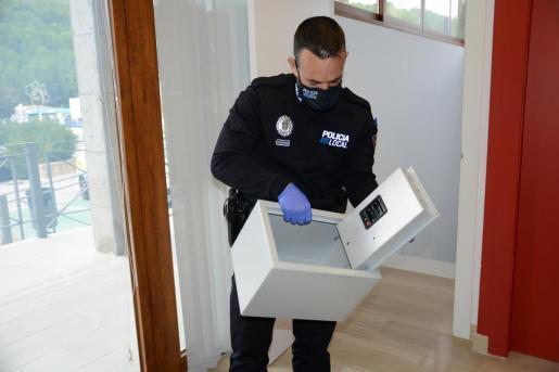 Ein Lokalpolizist aus Andratx mit dem Tresor, der auf der Straße gefunden worden war.