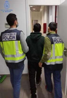 Die Polizei nahm den Tatverdächtigen fest und brachte ihn ins Präsidium.
