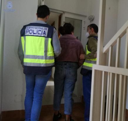 Die Frau konnte noch am Tatort festgenommen werden.