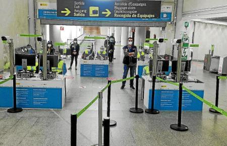 So empfängt das Gesundheitspersonal im Flughafen von Mallorca die ausländischen Einreisenden.